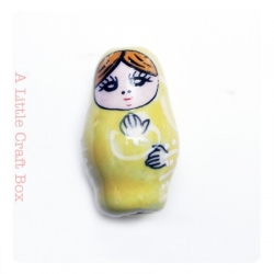 1 perle Matriochka  en porcelaine - jaune